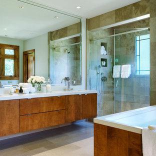 Foto di una stanza da bagno padronale minimalista con ante lisce, vasca da incasso, doccia alcova, WC a due pezzi, pavimento in travertino, lavabo integrato, top in cemento, porta doccia a battente, ante marroni, piastrelle beige, piastrelle di marmo, pareti beige e pavimento beige