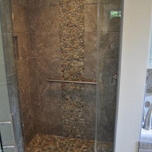 Esempio di una stanza da bagno padronale etnica di medie dimensioni con ante lisce, vasca ad alcova, doccia alcova, piastrelle beige, piastrelle grigie, piastrelle di ciottoli, pareti beige, pavimento con piastrelle in ceramica e lavabo sottopiano