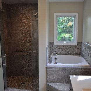 Ispirazione per una stanza da bagno padronale etnica di medie dimensioni con ante lisce, vasca ad alcova, doccia alcova, piastrelle beige, piastrelle grigie, piastrelle di ciottoli, pareti beige, pavimento con piastrelle in ceramica e lavabo sottopiano