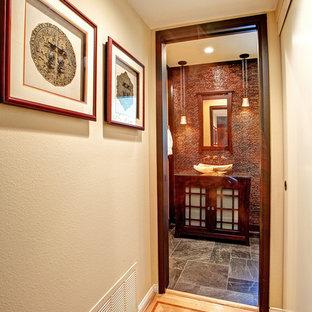 Foto di una piccola stanza da bagno padronale etnica con lavabo a bacinella, ante di vetro, ante in legno scuro e pavimento in ardesia