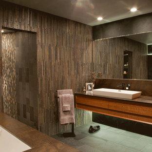 Ispirazione per una grande stanza da bagno padronale contemporanea con lavabo rettangolare, consolle stile comò, ante in legno scuro, top in pietra calcarea, vasca sottopiano, doccia aperta, pareti marroni e pavimento in ardesia