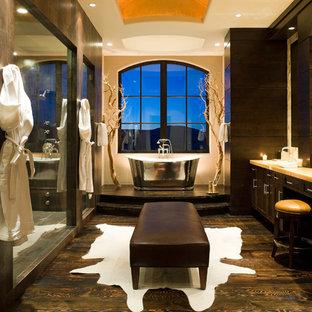 На фото: большая баня и сауна в современном стиле с фасадами с утопленной филенкой, темными деревянными фасадами, отдельно стоящей ванной, унитазом-моноблоком, бежевыми стенами, темным паркетным полом, столешницей из оникса, консольной раковиной, душем в нише, коричневым полом и душем с распашными дверями