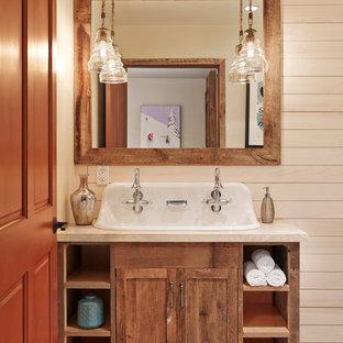 ヒューストンのラスティックスタイルのおしゃれな浴室 (中間色木目調キャビネット、横長型シンク、シェーカースタイル扉のキャビネット) の写真