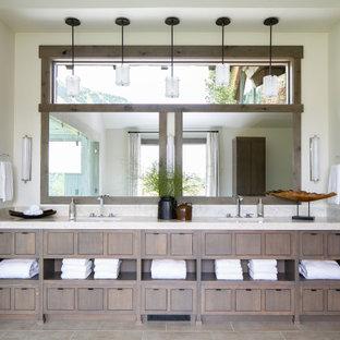 Rustik inredning av ett en-suite badrum, med en kantlös dusch, bänkskiva i kvartsit och dusch med gångjärnsdörr