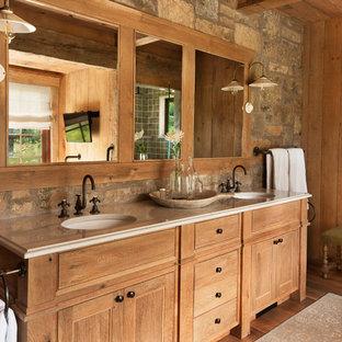 Immagine di una grande stanza da bagno padronale stile rurale con pavimento in legno massello medio, lavabo sottopiano, ante in legno scuro, ante con bugna sagomata, doccia alcova, piastrelle verdi, piastrelle in ceramica e top in marmo