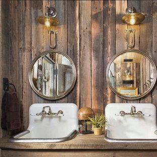 Modelo de cuarto de baño rural, pequeño, con lavabo encastrado, encimera de madera, paredes marrones y encimeras marrones