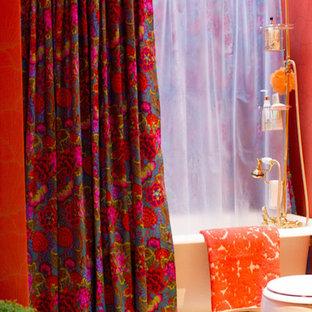 Diseño de cuarto de baño ecléctico, de tamaño medio, con bañera con patas, combinación de ducha y bañera, paredes rojas, suelo de madera oscura, suelo marrón y ducha con cortina