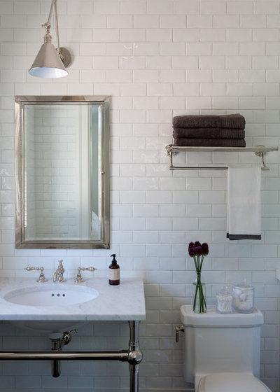 Hvem siger, at hvide fliser automatisk gør badeværelset kedeligt?