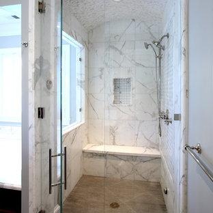 Ispirazione per una stanza da bagno chic con doccia alcova, piastrelle bianche, piastrelle di marmo, nicchia e panca da doccia