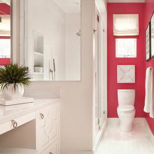 Ejemplo de cuarto de baño con ducha, tradicional renovado, con armarios con paneles con relieve, puertas de armario blancas, ducha esquinera, sanitario de dos piezas, paredes rosas y ducha con puerta con bisagras