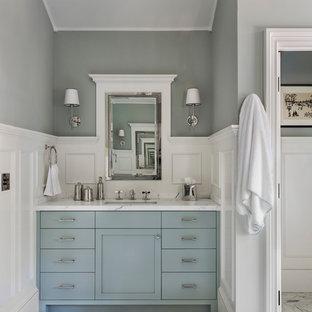 サンフランシスコの中くらいのトランジショナルスタイルのおしゃれなマスターバスルーム (フラットパネル扉のキャビネット、青いキャビネット、置き型浴槽、アルコーブ型シャワー、分離型トイレ、グレーのタイル、グレーの壁、磁器タイルの床、アンダーカウンター洗面器、ソープストーンの洗面台、マルチカラーの床、オープンシャワー) の写真