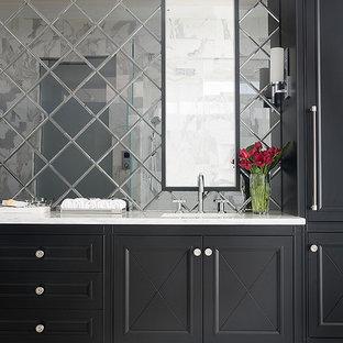 Diseño de cuarto de baño principal, tradicional renovado, grande, con lavabo bajoencimera, encimera de mármol, paredes blancas, suelo de mármol, armarios tipo mueble, puertas de armario negras y baldosas y/o azulejos con efecto espejo