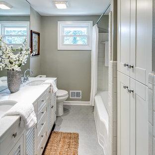 Ispirazione per una piccola stanza da bagno padronale classica con ante bianche, vasca da incasso, vasca/doccia, pareti beige, pavimento grigio, doccia con tenda e top bianco