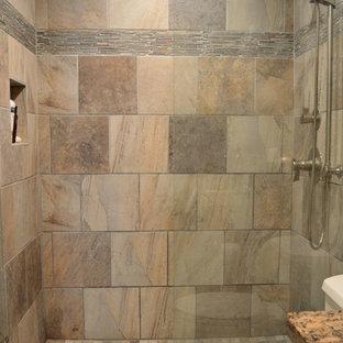 Ejemplo de cuarto de baño rural, pequeño, con lavabo bajoencimera, armarios con paneles con relieve, puertas de armario de madera oscura, encimera de granito, ducha empotrada, sanitario de una pieza, baldosas y/o azulejos verdes, baldosas y/o azulejos de piedra, paredes verdes y suelo de pizarra