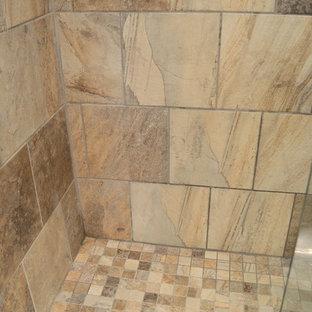 Idee per una piccola stanza da bagno rustica con lavabo sottopiano, ante con bugna sagomata, ante in legno scuro, top in granito, doccia alcova, WC monopezzo, piastrelle verdi, piastrelle in pietra, pareti verdi e pavimento in ardesia