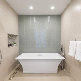 Foto de cuarto de baño principal, contemporáneo, de tamaño medio, sin sin inodoro, con puertas de armario beige, baldosas y/o azulejos beige, baldosas y/o azulejos de vidrio, encimera de cuarcita, encimeras blancas, bañera exenta, paredes beige y suelo beige