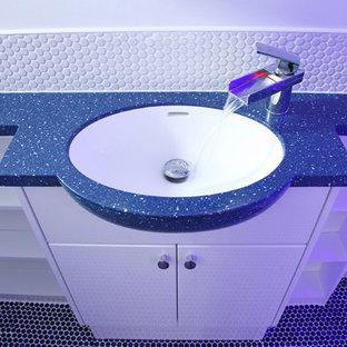 Foto de cuarto de baño actual con ducha empotrada, sanitario de pared, baldosas y/o azulejos azules y suelo de baldosas de cerámica