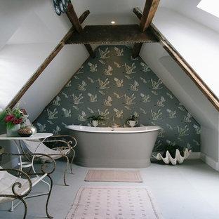 Mittelgroßes Shabby-Look Badezimmer En Suite mit Unterbauwaschbecken, freistehender Badewanne, grauer Wandfarbe und Keramikboden in London