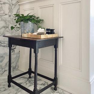 Идея дизайна: ванная комната среднего размера в стиле современная классика с ванной на ножках, душем над ванной, биде, разноцветной плиткой, мраморной плиткой, бежевыми стенами, мраморным полом, консольной раковиной, мраморной столешницей, шторкой для душа, тумбой под одну раковину и панелями на стенах