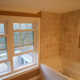 Kleines Modernes Duschbad mit Sockelwaschbecken, Eckbadewanne, beigefarbenen Fliesen, Terrakottafliesen, gelber Wandfarbe und Keramikboden in Milwaukee