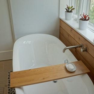 Foto di una stanza da bagno padronale scandinava di medie dimensioni con lavabo integrato, ante lisce, ante in legno chiaro, top in legno, vasca freestanding, doccia aperta, WC monopezzo, piastrelle blu, piastrelle di vetro, pareti bianche e pavimento con piastrelle in ceramica