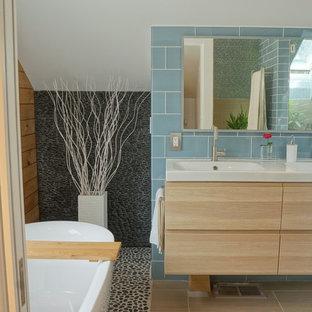 Стильный дизайн: главная ванная комната среднего размера в скандинавском стиле с монолитной раковиной, плоскими фасадами, светлыми деревянными фасадами, столешницей из дерева, отдельно стоящей ванной, открытым душем, унитазом-моноблоком, синей плиткой, стеклянной плиткой, белыми стенами и полом из керамической плитки - последний тренд