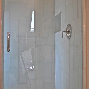 Esempio di una piccola stanza da bagno padronale design con ante lisce, ante bianche, doccia ad angolo, piastrelle di vetro, pareti beige, pavimento con piastrelle a mosaico, lavabo a bacinella e top in legno