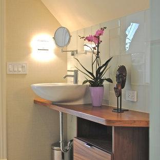 Immagine di una piccola stanza da bagno padronale minimal con ante lisce, ante bianche, doccia ad angolo, piastrelle di vetro, pareti beige, pavimento con piastrelle a mosaico, lavabo a bacinella e top in legno