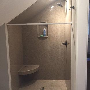 Modelo de cuarto de baño con ducha, rústico, de tamaño medio, con armarios tipo mueble, puertas de armario de madera en tonos medios, ducha empotrada, sanitario de dos piezas, paredes grises, suelo de madera en tonos medios, lavabo integrado, encimera de acrílico, suelo marrón y ducha con cortina