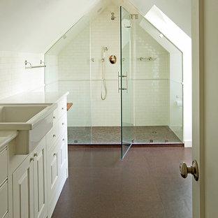 Idéer för att renovera ett vintage badrum, med luckor med upphöjd panel, vita skåp, marmorbänkskiva, en dusch i en alkov, en toalettstol med hel cisternkåpa, brun kakel, keramikplattor, vita väggar och korkgolv