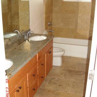 Foto de cuarto de baño con ducha, urbano, pequeño, con lavabo bajoencimera, armarios con paneles lisos, puertas de armario de madera oscura, encimera de mármol, bañera empotrada, ducha empotrada, sanitario de una pieza, baldosas y/o azulejos beige, baldosas y/o azulejos de terracota, paredes blancas y suelo de baldosas de terracota