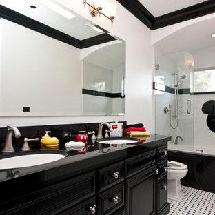 サンフランシスコの中サイズのコンテンポラリースタイルのおしゃれなマスターバスルーム (レイズドパネル扉のキャビネット、濃色木目調キャビネット、アルコーブ型浴槽、シャワー付き浴槽、分離型トイレ、モノトーンのタイル、ガラス板タイル、白い壁、クッションフロア、アンダーカウンター洗面器、人工大理石カウンター、マルチカラーの床、オープンシャワー) の写真