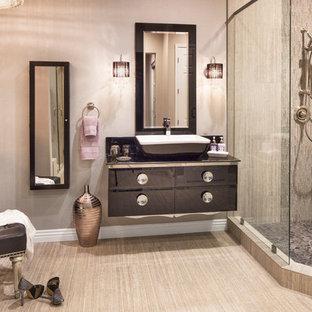 Bild på ett stort vintage en-suite badrum, med ett fristående handfat, möbel-liknande, svarta skåp, bänkskiva i glas, en dubbeldusch, en toalettstol med separat cisternkåpa, grå kakel, keramikplattor, grå väggar och klinkergolv i keramik