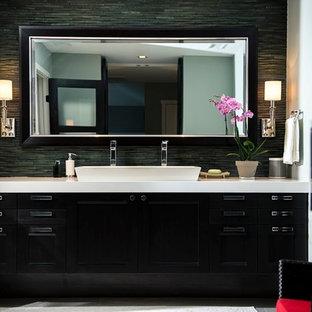 Idee per una stanza da bagno padronale minimal con ante nere, piastrelle nere, piastrelle a listelli, pareti nere, lavabo rettangolare e pavimento in gres porcellanato