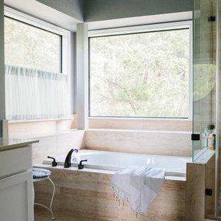 オースティンの大きいトランジショナルスタイルのおしゃれなマスターバスルーム (シェーカースタイル扉のキャビネット、白いキャビネット、ドロップイン型浴槽、コーナー設置型シャワー、一体型トイレ、グレーの壁、テラゾの床、アンダーカウンター洗面器、珪岩の洗面台、ベージュの床、開き戸のシャワー) の写真