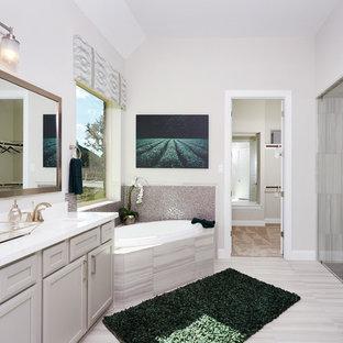 Inspiration för stora klassiska en-suite badrum, med beige skåp, ett hörnbadkar, en hörndusch, beige kakel, keramikplattor, beige väggar, klinkergolv i keramik, ett undermonterad handfat, bänkskiva i akrylsten, beiget golv, med dusch som är öppen och luckor med infälld panel