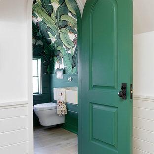 Idee per una grande stanza da bagno per bambini chic con lavabo da incasso, top bianco, pareti multicolore, parquet chiaro e pavimento marrone