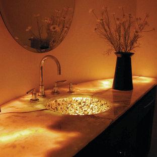 Esempio di una stanza da bagno con doccia boho chic di medie dimensioni con lavabo sottopiano, consolle stile comò, ante in legno bruno, top in onice, vasca sottopiano, doccia aperta, WC sospeso, piastrelle multicolore, piastrelle di vetro, pareti beige e pavimento in ardesia