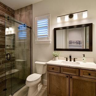 На фото: ванная комната среднего размера в стиле современная классика с фасадами в стиле шейкер, фасадами цвета дерева среднего тона, серыми стенами, столешницей из искусственного кварца, коричневым полом, тумбой под одну раковину, напольной тумбой и многоуровневым потолком с