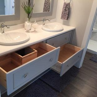 Идея дизайна: главная ванная комната среднего размера в стиле кантри с фасадами с утопленной филенкой, серыми фасадами, разноцветной плиткой, столешницей из гранита, открытым душем, керамической плиткой, монолитной раковиной, бежевыми стенами и полом из винила