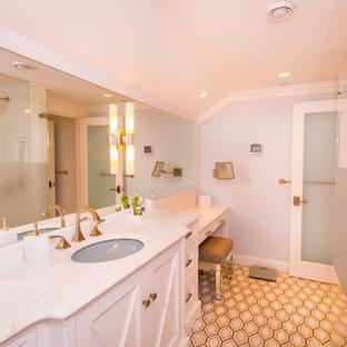 Großes Modernes Badezimmer En Suite mit verzierten Schränken, weißen Schränken, Doppeldusche, Toilette mit Aufsatzspülkasten, farbigen Fliesen, Mosaikfliesen, bunten Wänden, Mosaik-Bodenfliesen, Unterbauwaschbecken, Quarzit-Waschtisch, beigem Boden und Falttür-Duschabtrennung in New York