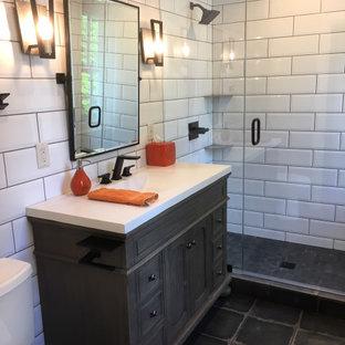 На фото: маленькая детская ванная комната в стиле фьюжн с фасадами с декоративным кантом, искусственно-состаренными фасадами, открытым душем, раздельным унитазом, белой плиткой, плиткой кабанчик, серыми стенами, полом из керамогранита, монолитной раковиной, столешницей из бетона, черным полом, душем с распашными дверями и белой столешницей с
