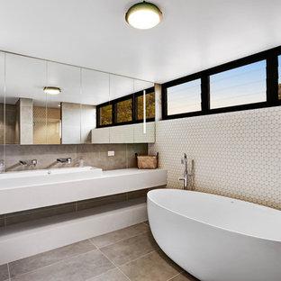 Ispirazione per una stanza da bagno con doccia minimal di medie dimensioni con vasca freestanding, top in quarzo composito, ante lisce, lavabo rettangolare, pavimento grigio e top bianco