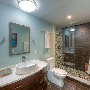 Diseño de cuarto de baño con ducha, tradicional renovado, de tamaño medio, con armarios estilo shaker, puertas de armario de madera oscura, combinación de ducha y bañera, sanitario de dos piezas, baldosas y/o azulejos marrones, baldosas y/o azulejos grises, baldosas y/o azulejos multicolor, baldosas y/o azulejos naranja, baldosas y/o azulejos amarillos, baldosas y/o azulejos de pizarra, paredes grises, suelo de madera oscura, lavabo sobreencimera, encimera de cuarzo compacto, suelo marrón y ducha con cortina
