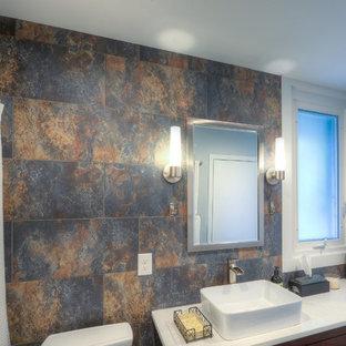 Modelo de cuarto de baño con ducha, clásico renovado, de tamaño medio, con armarios estilo shaker, puertas de armario de madera oscura, combinación de ducha y bañera, sanitario de dos piezas, baldosas y/o azulejos marrones, baldosas y/o azulejos grises, baldosas y/o azulejos multicolor, baldosas y/o azulejos naranja, baldosas y/o azulejos amarillos, baldosas y/o azulejos de pizarra, paredes grises, suelo de madera oscura, lavabo sobreencimera, encimera de cuarzo compacto, suelo marrón y ducha con cortina