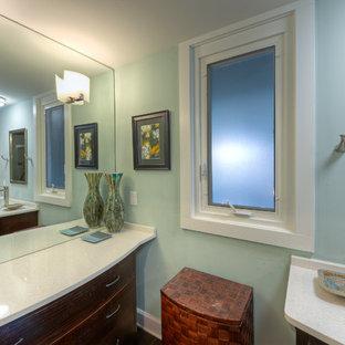 Imagen de cuarto de baño con ducha, clásico renovado, de tamaño medio, con armarios estilo shaker, puertas de armario de madera oscura, combinación de ducha y bañera, sanitario de dos piezas, baldosas y/o azulejos marrones, baldosas y/o azulejos grises, baldosas y/o azulejos multicolor, baldosas y/o azulejos naranja, baldosas y/o azulejos amarillos, baldosas y/o azulejos de pizarra, paredes grises, suelo de madera oscura, lavabo sobreencimera, encimera de cuarzo compacto, suelo marrón y ducha con cortina
