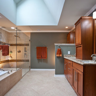 Großes Klassisches Badezimmer En Suite mit Schrankfronten im Shaker-Stil, hellbraunen Holzschränken, Einbaubadewanne, bodengleicher Dusche, Wandtoilette mit Spülkasten, beigefarbenen Fliesen, Terrakottafliesen, grauer Wandfarbe, Travertin, Unterbauwaschbecken, Quarzit-Waschtisch, grauem Boden, Falttür-Duschabtrennung und bunter Waschtischplatte in Raleigh