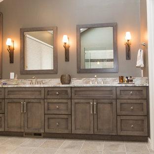 Modelo de cuarto de baño principal, de estilo americano, grande, con armarios estilo shaker, puertas de armario grises, ducha esquinera, sanitario de dos piezas, baldosas y/o azulejos verdes, baldosas y/o azulejos de porcelana, paredes grises, suelo de baldosas de porcelana, lavabo bajoencimera y encimera de granito