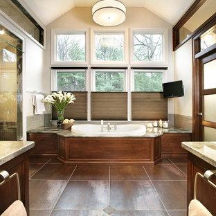 ニューヨークのトラディショナルスタイルのおしゃれな浴室 (ドロップイン型浴槽) の写真