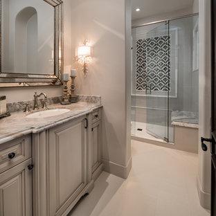 Неиссякаемый источник вдохновения для домашнего уюта: огромная главная ванная комната в стиле современная классика с фасадами с выступающей филенкой, бежевыми фасадами, отдельно стоящей ванной, душем в нише, разноцветной плиткой, зеркальной плиткой, накладной раковиной, столешницей из гранита, душем с распашными дверями, разноцветной столешницей, раздельным унитазом, бежевыми стенами, полом из керамогранита и бежевым полом